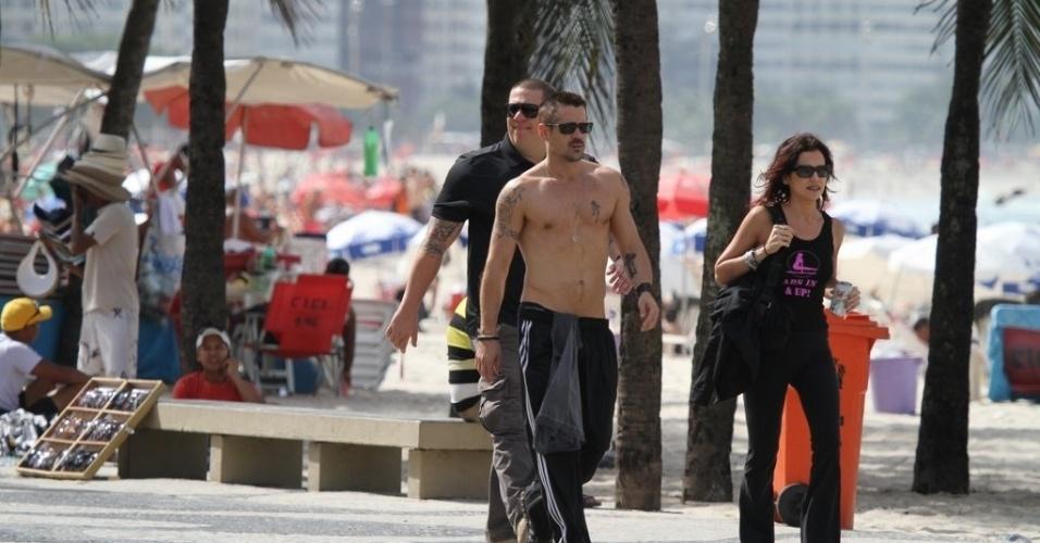 "Sem camisa, Colin Farrell circulou pela orla da praia de Ipanema, zona sul do Rio (11/7/12). O ator está na cidade para promover seu novo filme, o remake de ""O Vingador do Futuro"" que foi estrelado por Arnold Schwarzenegger em 1990"