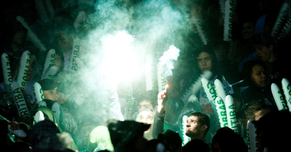 Torcedores do Coritiba fazem festa nas arquibancadas do Couto Pereira antes da decisão da Copa do Brasil contra o Palmeiras