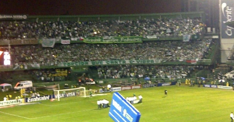 Torcedores do Palmeiras lotam o setor destinado aos visitantes no estádio Couto Pereira