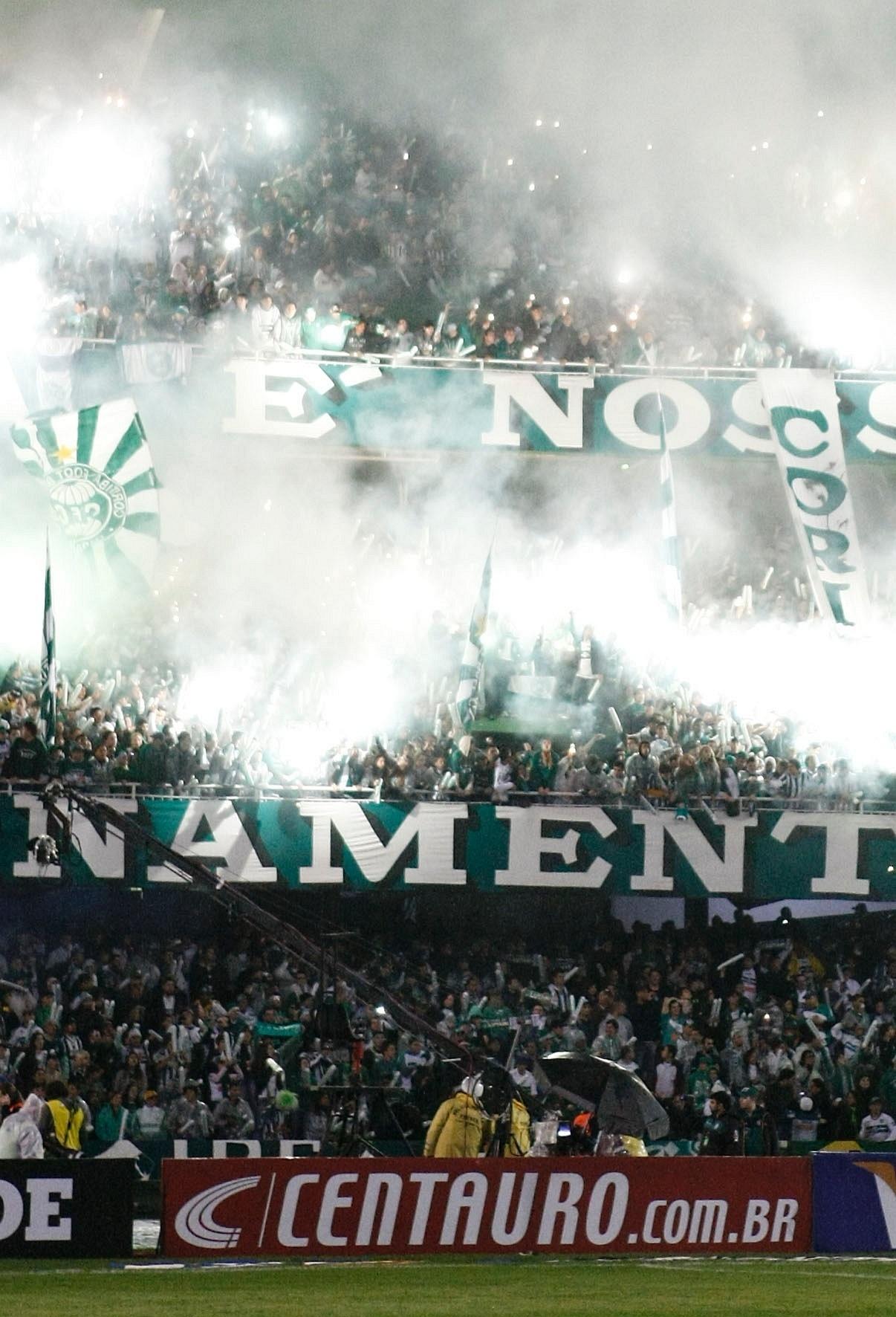 Torcida do Coritiba faz festa nas arquibancadas do Couto Pereira para a decisão da Copa do Brasil