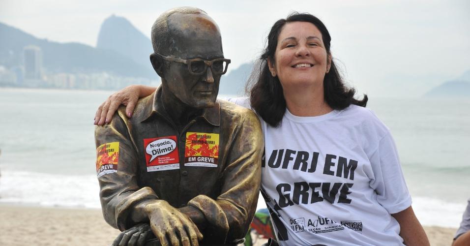 12.jul.2012 - A estátua do escritor Carlos Drummond de Andrade (1902-1987), em Copacabana, no Rio, também foi usada para protestar e pedir que a presidente Dilma Rousseff entre na negociação com os professores e servidores em greve