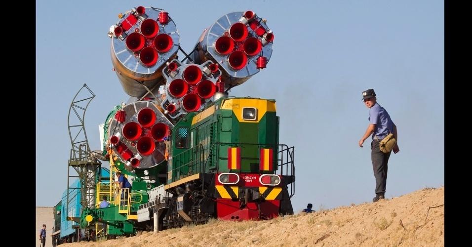 12.jul.2012 - A nave Soyuz TMA-05M é escoltada por policiais durante transporte para o cosmódromo de Baikonur, no Cazaquistão. A nave será lançada no dia 15 de julho e levará  três astronautas, Sunita Williams, Yuri Malenchenko e Akihiko Hoshide, para a Estação Espacial Internacional