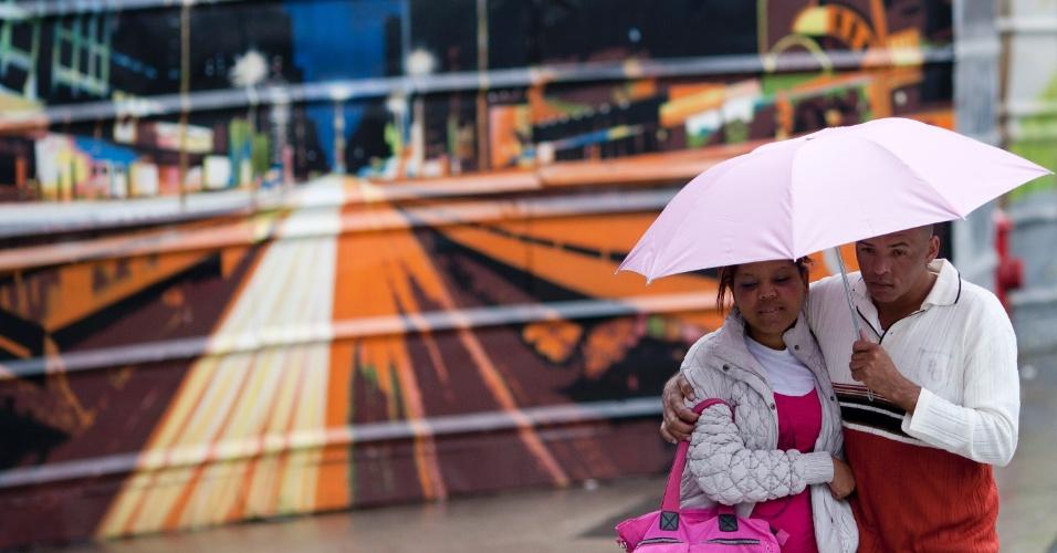 12.jul.2012- Casal foge do frio na tarde de quinta-feira (12) em São Paulo