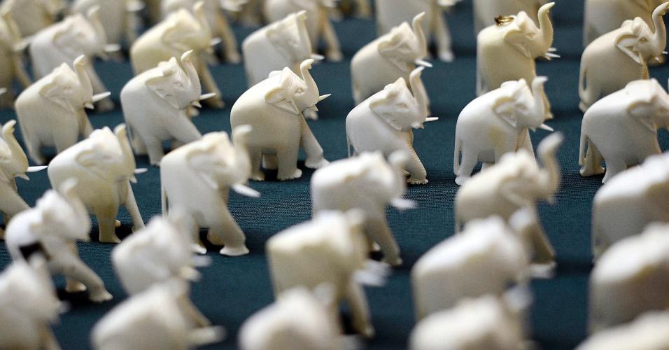 12.jul.2012- Elefantes, de marfim ilegal confiscado pelo serviço de Manhattan District Attorney, são expostos no Gabinete de Nova York, nos Estados Unidos. Vendedores de marfim ilegal foram presos na ação da polícia