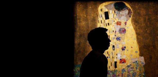 """Homem caminha em frente à obra """"O Beijo"""" do artista Gustav Klimt, no Belvedere Palace, em Viena (Áustria) (12.jul.2012) - Alexander Klein/AFP"""