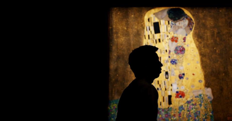 """12.jul.2012- Homem caminha em frente à obra """"O Beijo"""" do artista Gustav Klimt, no Belvedere Palace, em Viena (Áustria)"""