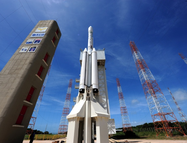 Torre móvel de lançamento com foguete no CLA, no Maranhão