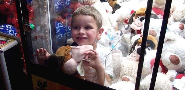 Aiden Moore, de 4 anos, fica preso em máquina de pegar ursinhos de pelúcia
