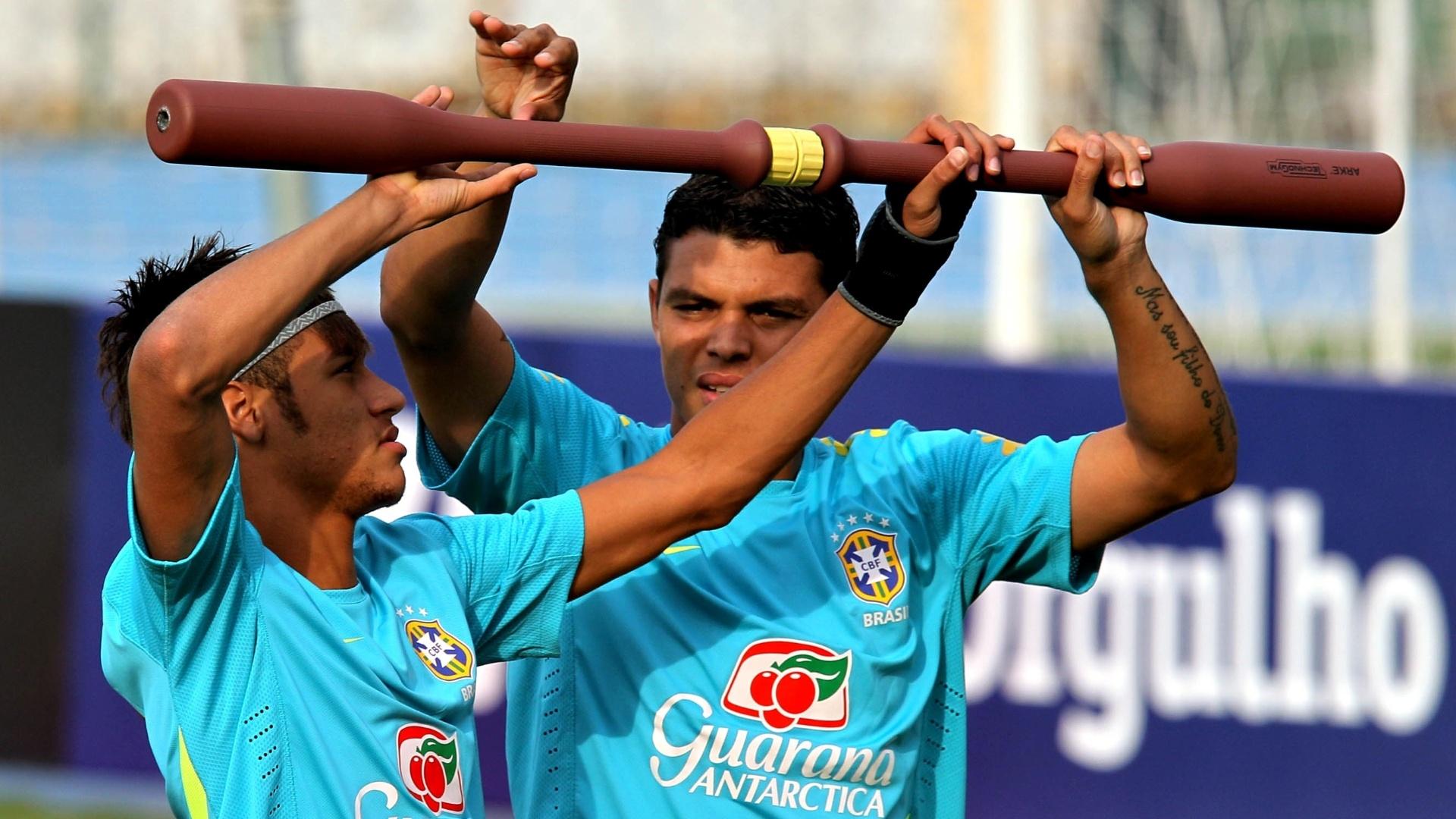 Atacante Neymar e zagueiro Thiago Silva realizam trabalho com bastão durante treino