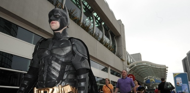 De costas para o Convention Center, fã se veste como Batman na Comic-Con, em San Diego (11/7/12) - Denis Poroy/AP