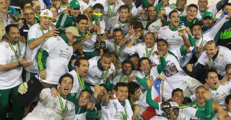 Jogadores do Palmeiras posam com a taça da Copa do Brasil
