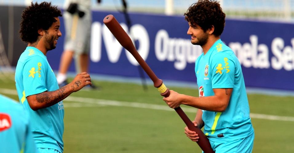 Lateral Marcelo e atacante Alexandre Pato durante treinamento da seleção no Rio