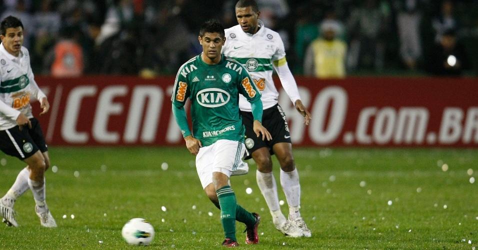 Luan toca a bola durante a final da Copa do Brasil contra o Coritiba no Couto Pereira