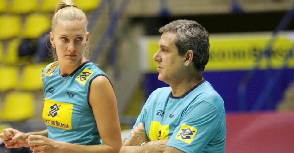 Mari conversa com o técnico José Roberto Guimarães durante treino da seleção de vôlei em Saquarema (14/06/2012)
