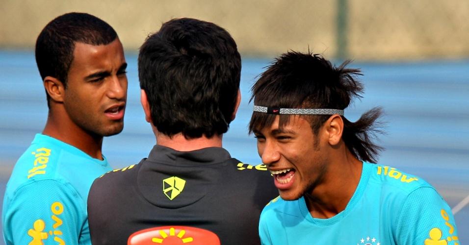 Neymar brinca com Lucas e Andrés Sanchez em treino da seleção no Rio de Janeiro