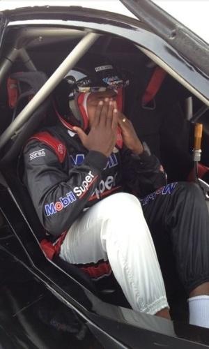 Renato Abreu, do Flamengo, senta em carro de Stock Car para dar uma volta no autódromo
