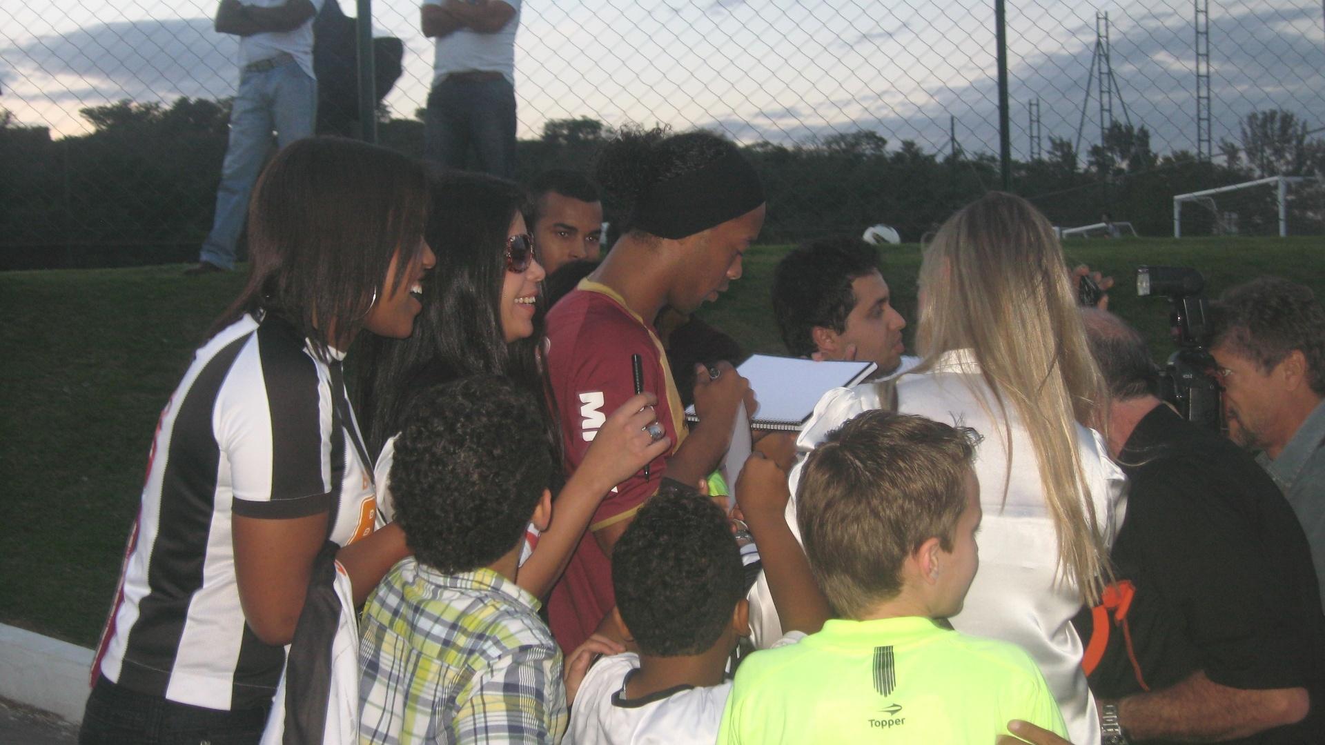 Ronaldinho Gaúcho distribui autógrafos a crianças e jovens fãs, em Vespasiano (12/7/2012)