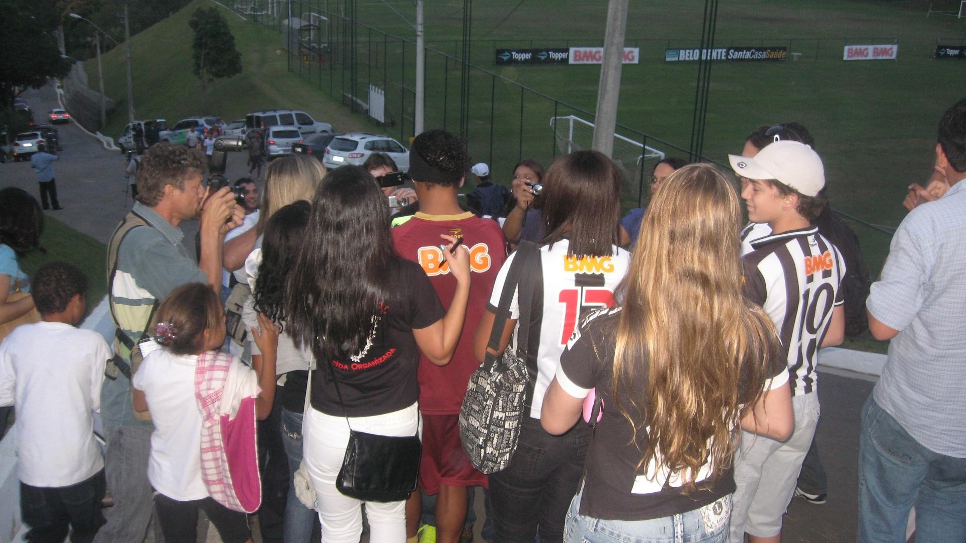 Ronaldinho Gaúcho é cercado por fãs após o treino na Cidade do Galo (12/7/2012)
