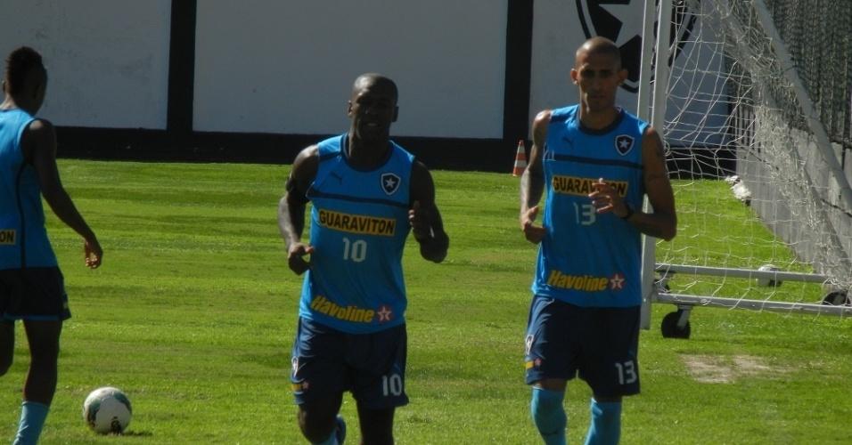 Seedorf corre ao lado de Rafael Marques em General Severiano
