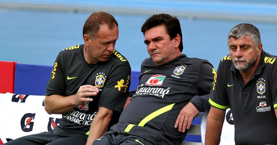 Técnico Mano Menezes conversa com diretor de seleções Andrés Sanchez durante treino da seleção, ao lado deles o médico José Luiz Runco