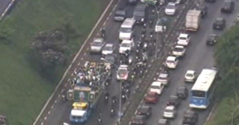 Torcedores acompanharam o time durante passagem pela Avenida Rubem Berta, na zona sul da cidade