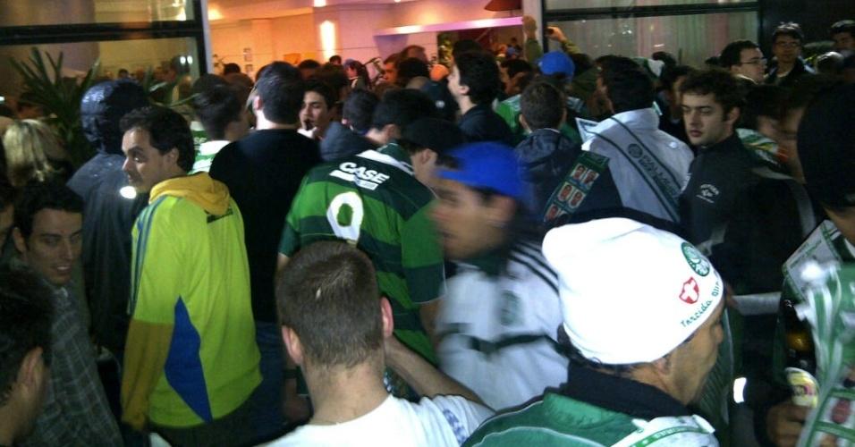 Torcedores do Palmeiras comemoram em frente ao hotel no qual a equipe se hospedou em Curitiba