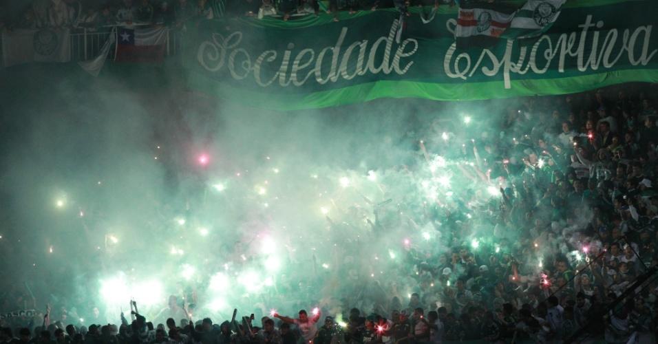 Torcida do Palmeiras faz festa nas arquibancadas do Couto Pereira