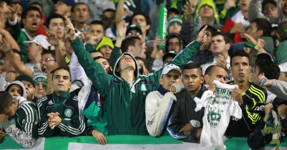 Torcida do Palmeiras sofreu, mas fez a festa nas arquibancadas do Couto Pereira