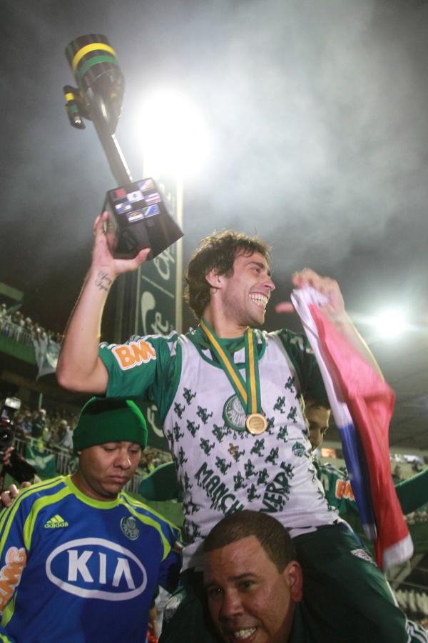 Valdivia segura a taça da Copa do Brasil e dá volta olímpica no Couto Pereira