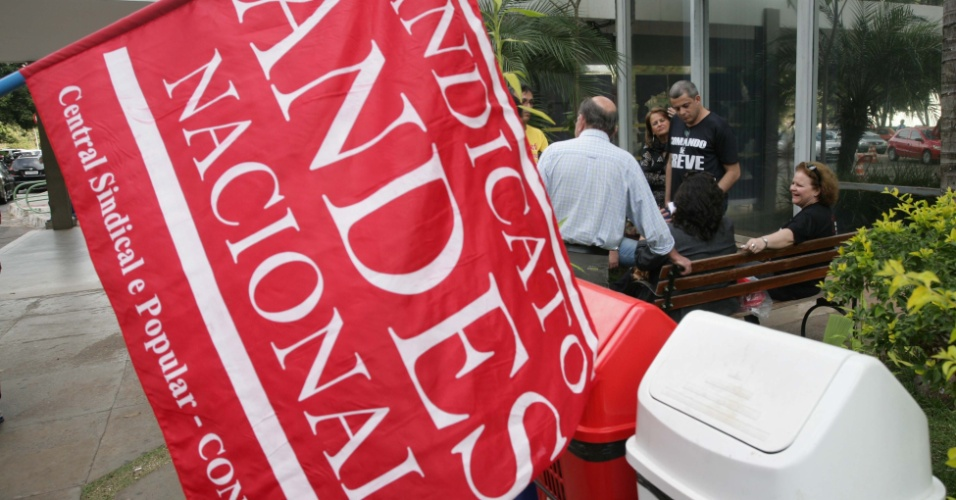 13.jul.2012 - Antes da reunião entre representantes do governo e das entidades sindicais, professores em greve fizeram um pequeno protesto em frente ao Ministério do Planejamento