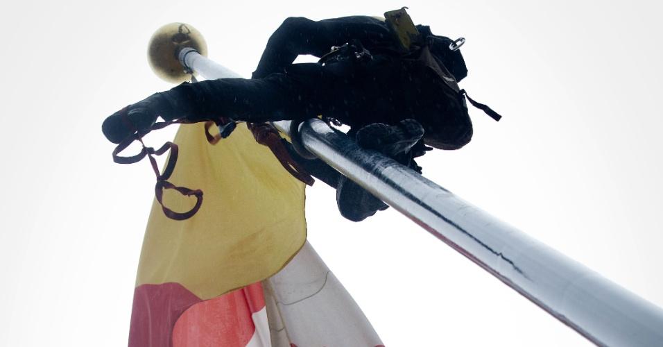 13.jul.2012 - Ativista do Greenpeace sobe em mastro de bandeira da Shell em Haia, na Holanda, nesta sexta-feira (13). A ONG fez um protesto contra um projeto da empresa de prospectar petróleo no Ártico