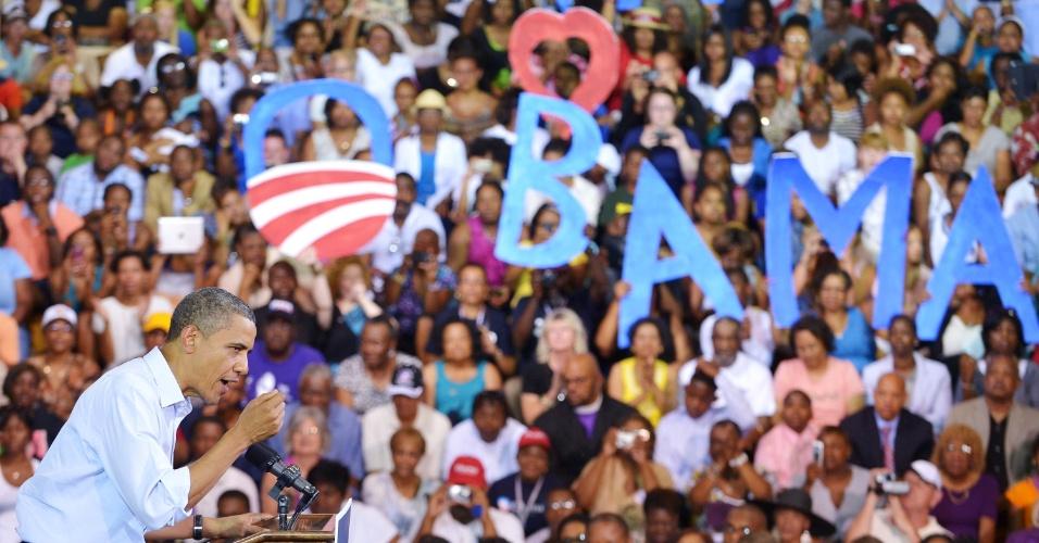 13.jul.2012 - O presidente americano Barack Obama discursa durante evento de campnha numa escola de Hampton, estado da Virginia