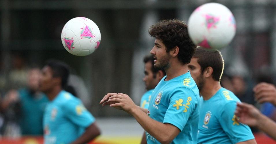 Atacante Alexandre Pato treina com bola ao lado de companheiros de seleção na Gávea