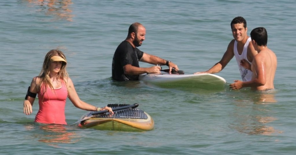 Atriz Susana Werner e goleiro Julio Cesar praticam stand up paddle em praia do Rio de Janeiro (30/06/2012)