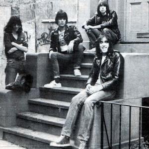 Dee Dee Ramone, segundo à esquerda, em foto com a formação original da banda - Reprodução