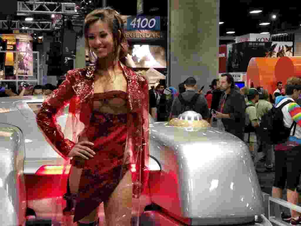 """Estande de """"O Vingador do Futuro"""" contou com a famosa prostituta marciana de 3 seios (13/7/12) - Reprodução/Facebook"""
