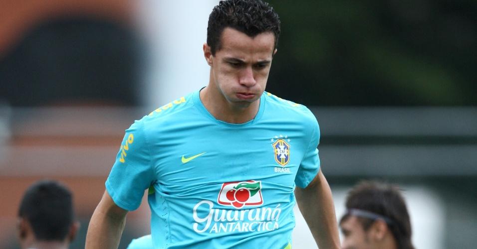 Leandro Damião salta durante treino da seleção brasileira para os Jogos Olímpicos de Londres