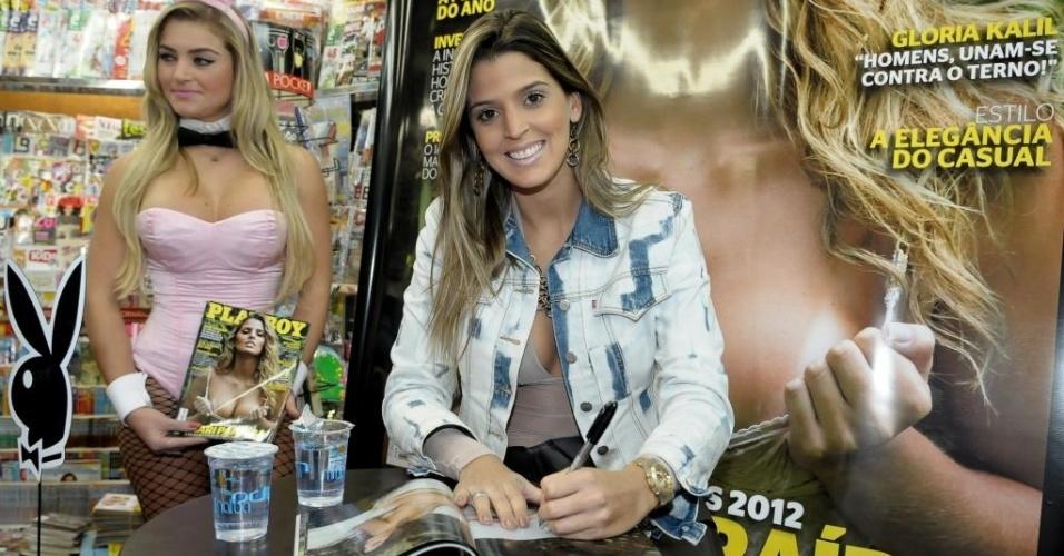 Mari Paraíba autografa exemplar da revista Playboy, durante evento no centro de São Paulo