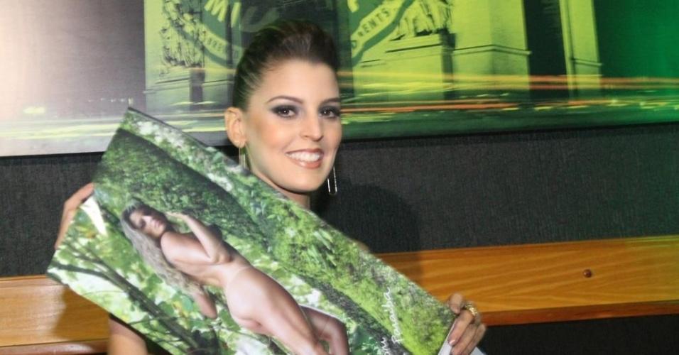 Mari Paraíba mostra o pôster central de seu ensaio na edição de julho da Playboy (12/07/2012)