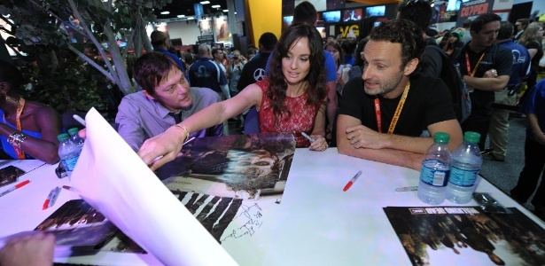 "Norman Reedus, Sarah Wayne Callies e Andrew Lincoln de ""Walking Dead"" assinam autógrafos na Comic-Con (13/7/12) - John Shearer/AP"