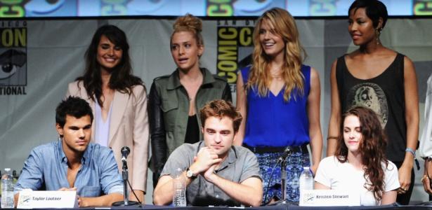 "Taylor Lautner, Robert Pattinson e Kristen Stewart da saga ""Crepúsculo"" durante o painel com fãs na Comic-Con 2012, em San Diego (12/7/12) - Kevin Winter/Getty Images"