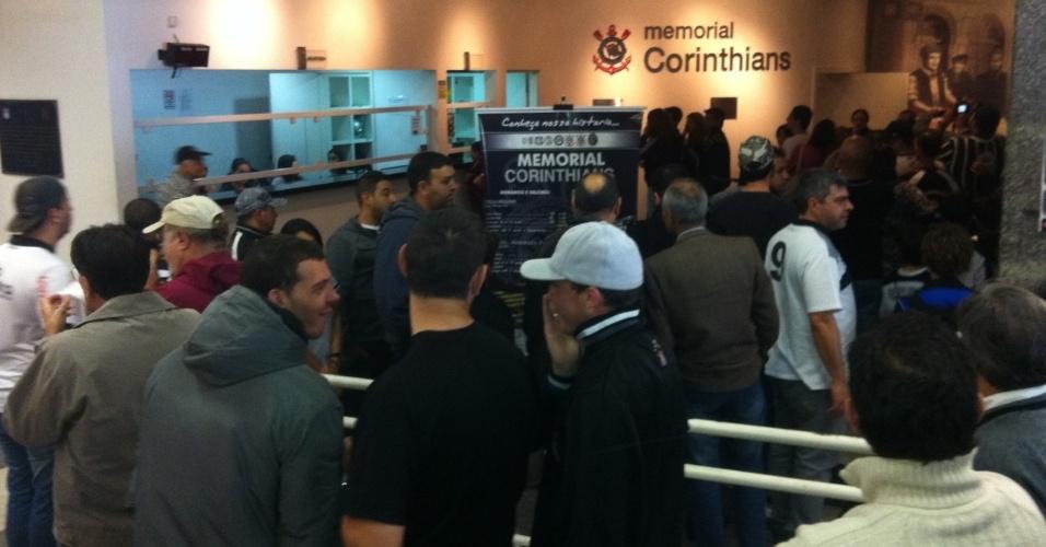 Torcedores comparecem ao Memorial do Corinthians para conferir a taça da Libertadores