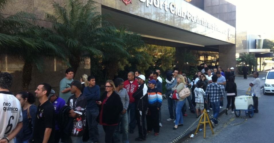 Torcedores formam fila para ver a taça da Libertadores