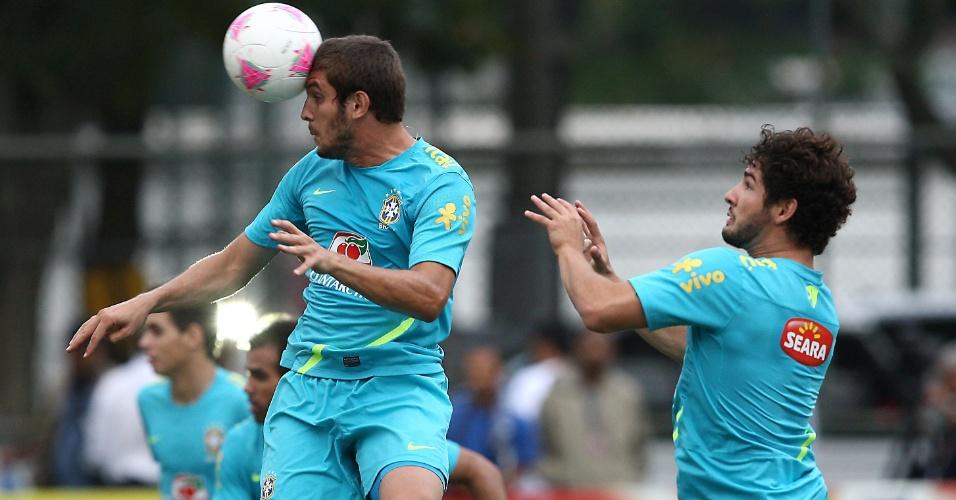 Zagueiro Bruno Uvini e atacante Alexandre Pato disputam bola área durante treino da seleção no Rio