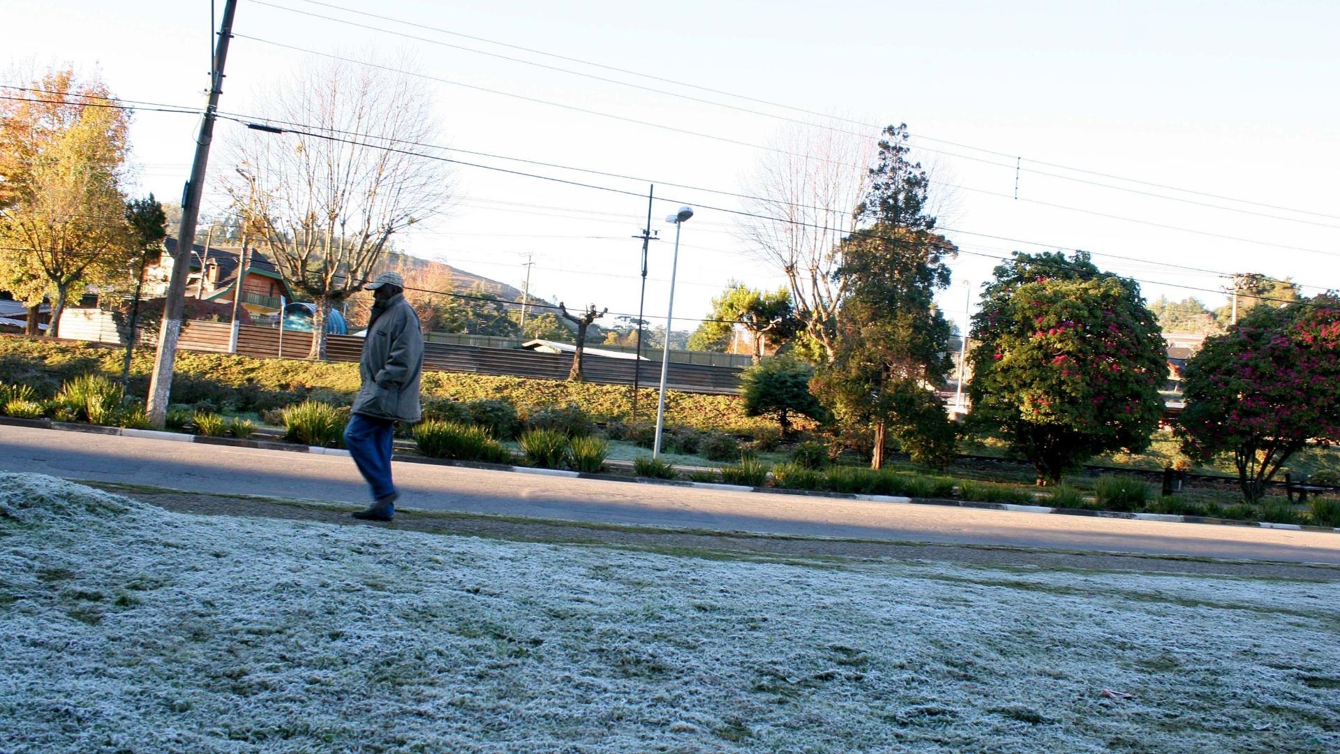 14.jul.2012 - 14.jul.2012 - Termômetro em Campos do Jordão, na região serrana do Estado de São Paulo, registra -3º C na manhã deste sábado (14). A cidade amanheceu com uma leve camada de gelo por conta da frente fria que atinge todo o Estado