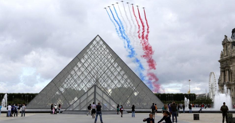 14.jul.2012 - França celebra neste sábado (14) o Dia da Bastilha, na avenida Champs-Elysées, em Paris