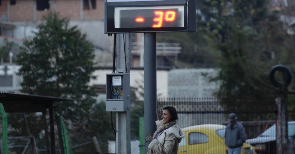 14.jul.2012 - Termômetro em Campos do Jordão, na região serrana do Estado de São Paulo, registra -3º C na manhã deste sábado (14). A cidade amanheceu com uma leve camada de gelo por conta da frente fria que atinge todo o Estado