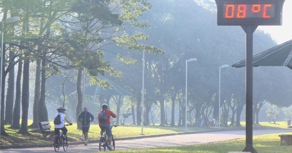 17.jul.2012 - Termômetro registra 8ºC na manhã deste sábado (14), no Parque Villa Lobos em São Paulo