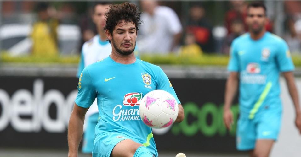 Pato sofreu falta do zagueiro Juan e deixou treino de seleção olímpica mais cedo