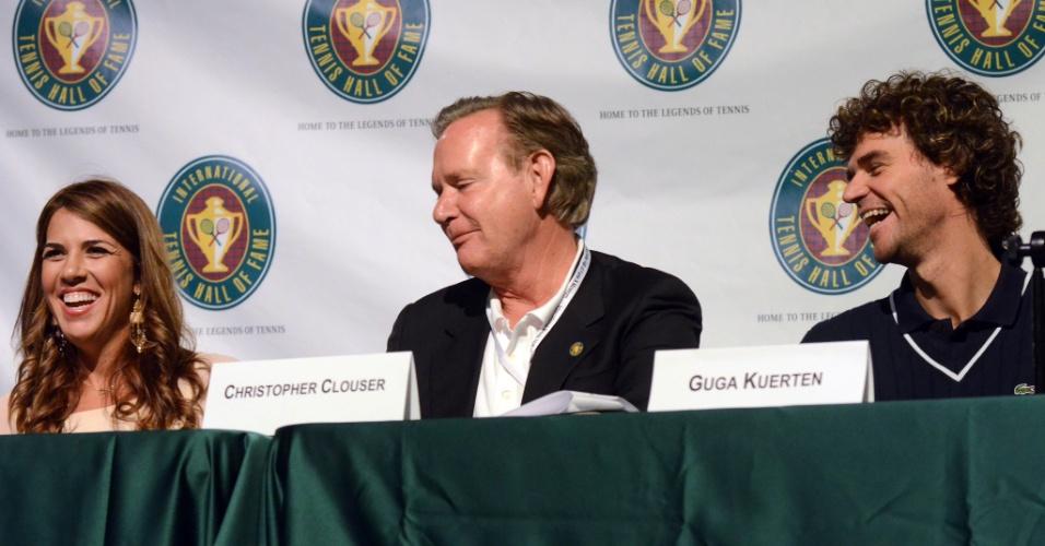 Dirigente Chairman Christopher observa ex-tenistas Jennifer Capriati e Guga falarem em entrevista coletiva